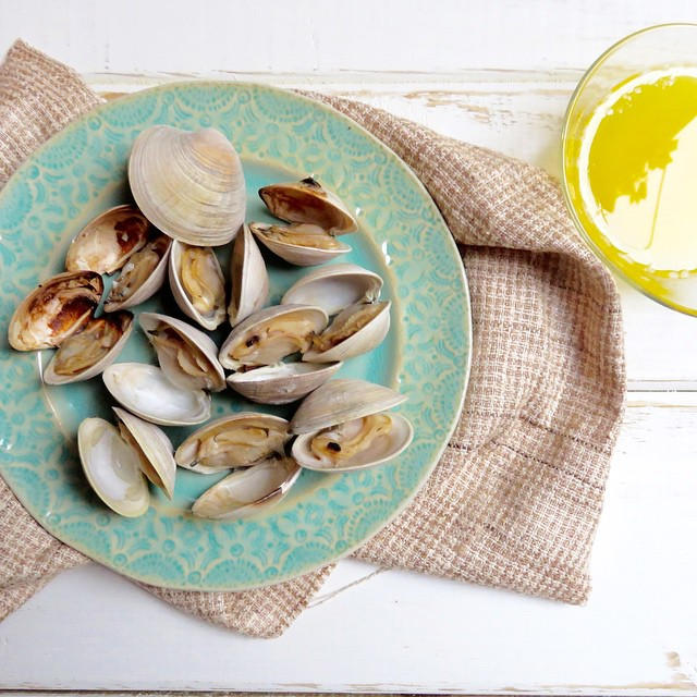 Grilled Littleneck Clams With Lemon Butter Sauce