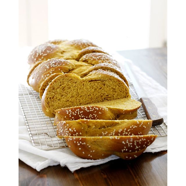 PSST! Guess what  Today we're having a very special virtual pumpkin party and this pumpkin challah…
