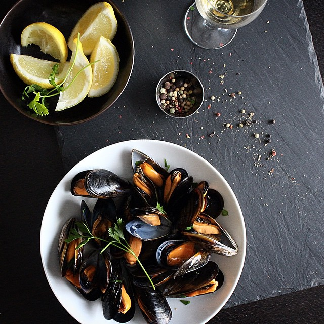 mejillones gallegos al vapor con vino blanco steamed Galician mussels with white wine