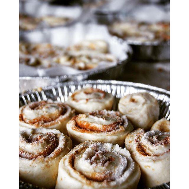 Cinnamon buns... Fluffy cinnamon buns... Loads of fluffy cinnamon buns.... I have no words... Maple…