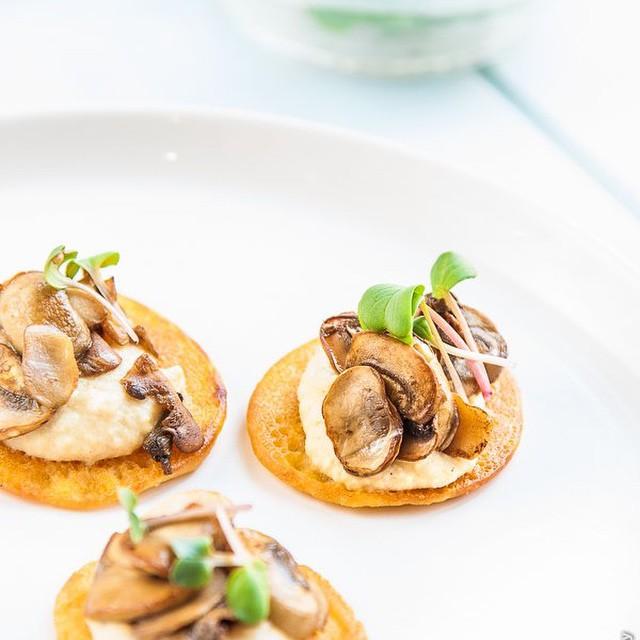 Hummus & Chickpea Mushroom Blinis (vegan)