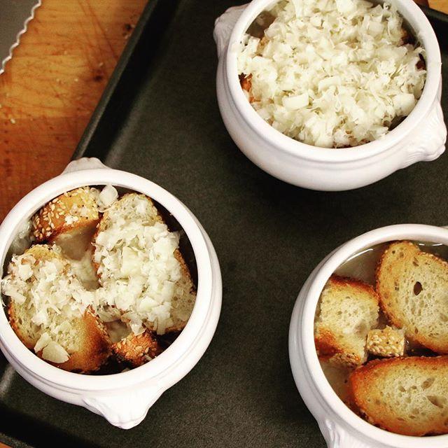 Soupe a l'oignon before grilling.