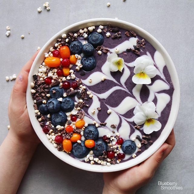 Berry chocolate bowl. Thank you for the several smoothie recipe wishes on yesterdays posts…