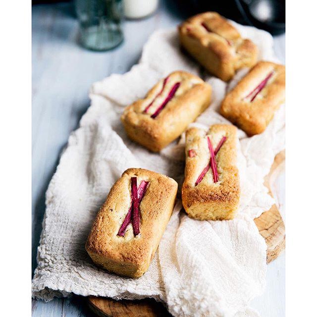 Rhubarb almond tea cakes