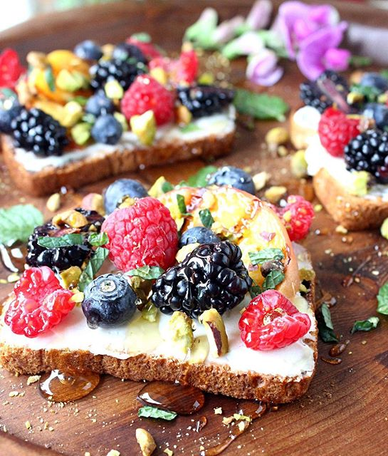 my toast obsession is REAL! sweet berry & grilled peach toasts w/ pistachios, honey, mascarpone, &…