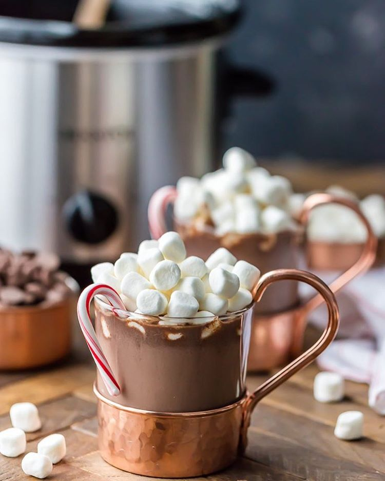 SLOW COOKER PEPPERMINT HOT CHOCOLATE! An absolute must for Fall!