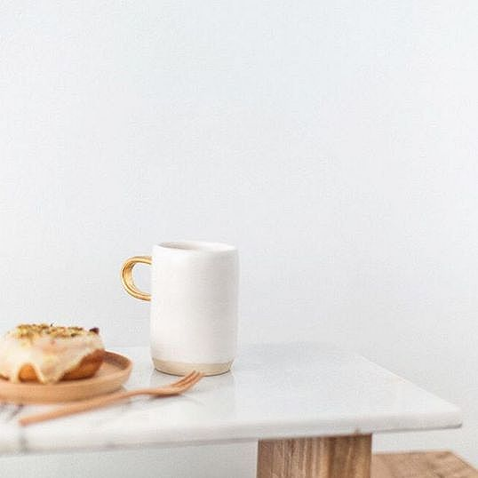 Simple perfection by ceramic artist @arrowandsage. Looks like the perfect coffee break to me!