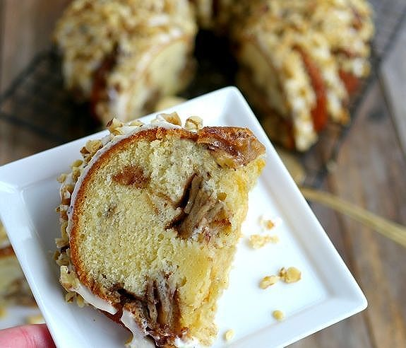 A spicy, chai twist on this irresistible Apple Chai Cake with Maple Cream Cheese Drizzle...it needs…