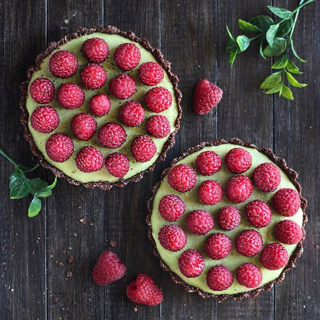 Matcha Raw vegan cake! These colorful desserts were so delicious and the raspberries on top and the…