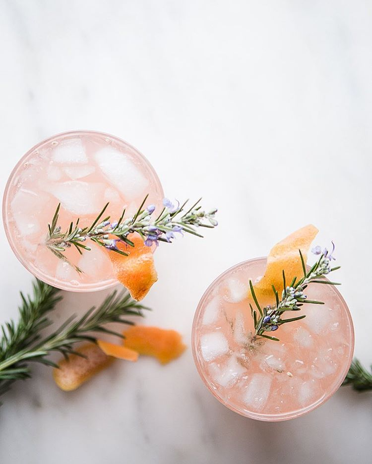 Cardamom gin, rosemary syrup, freshly squeezed grapefruit juice and prosseco in a glass. This winter…