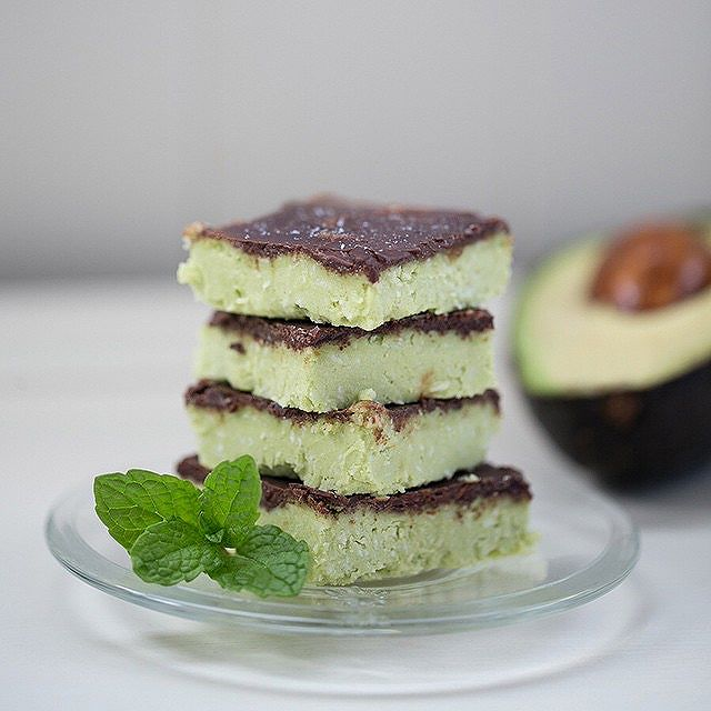 No Bake Paleo Avocado Chocolate Coconut Mint Bars // Delicious, easy, and healthy. These are a light…