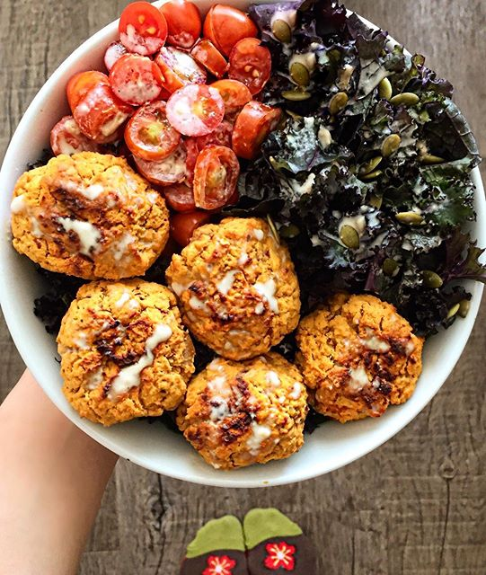 Lentil and sweet potato falafels✌️-served with kale, grape tomatoes, pumpkin seeds and my favorite…