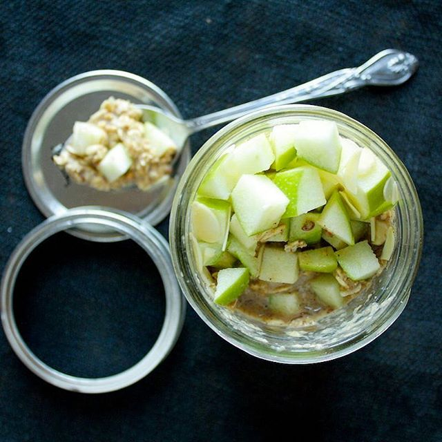 tbt to these apple cinnamon overnight oats. A great #breakfast for those on-the-go. Find the recipe…