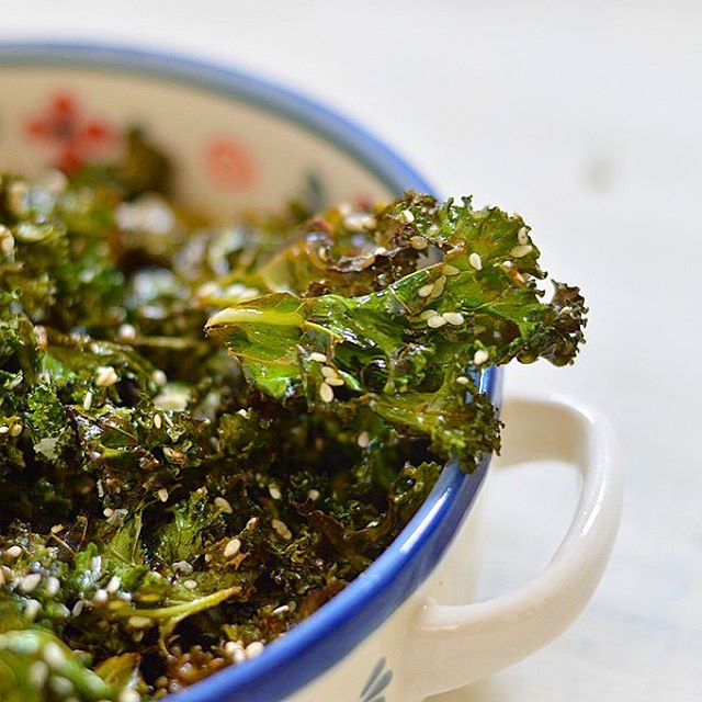 Lemon and sesame #kale crisps (chips). Simple to make, very low carb, no sugar and blood sugar…