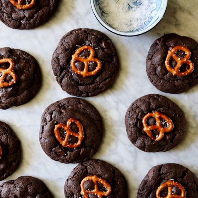 Chocolate And Caramel Cookies With Pretzels
