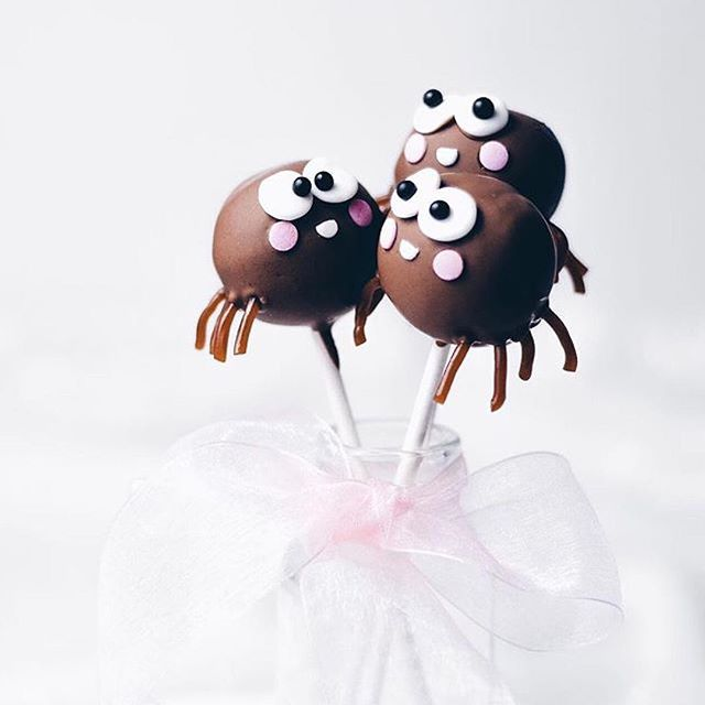 Super freaking adorable spider cake pops! If you're terrified of arachnids then don't worry these…